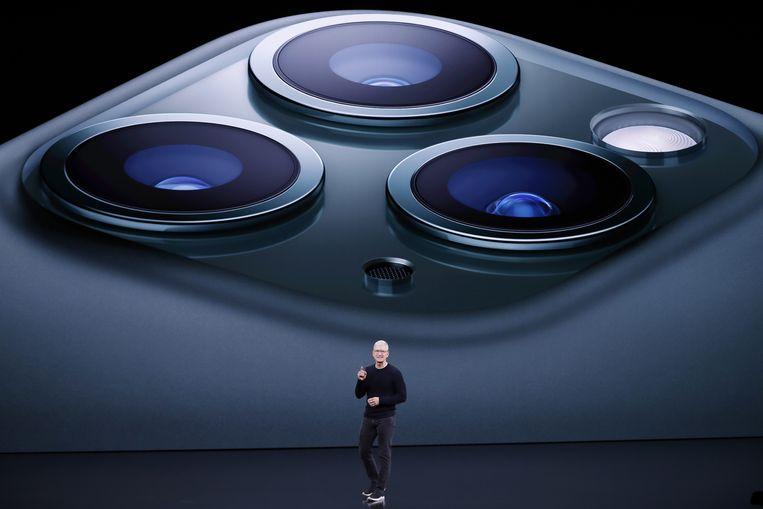 Apple-baas Tim Cook met op de achtergrond de drie camera's van de iPhone 11 Pro Beeld EPA