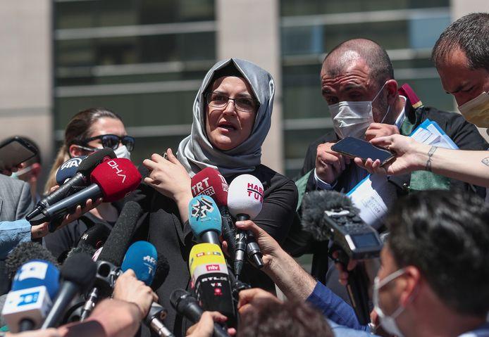 Hatice Cengiz, de verloofde van Jamal Khashoggi, gisteren bij het gerechtsgebouw in Istanboel.