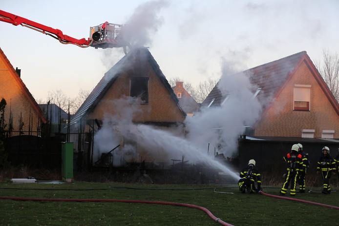 Het huis en de schuur vatten vlam.
