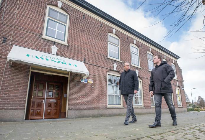 Arjan van Dijke (links) en Corniel van Leeuwen voor voormalig Café Havenzicht.