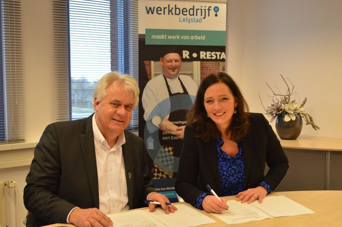 Werkbedrijf Lelystad gaat onder de naam Direct Werk samenwerken met Randstad. Yolanda Tieleman (r) en Onno Vermooten tekenden de overeenkomst.
