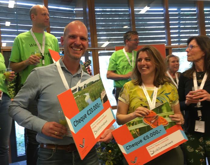 Sander en Simone van de Stationsstraat in Raalte met de prijzen voor de groenste straat van Overijssel.
