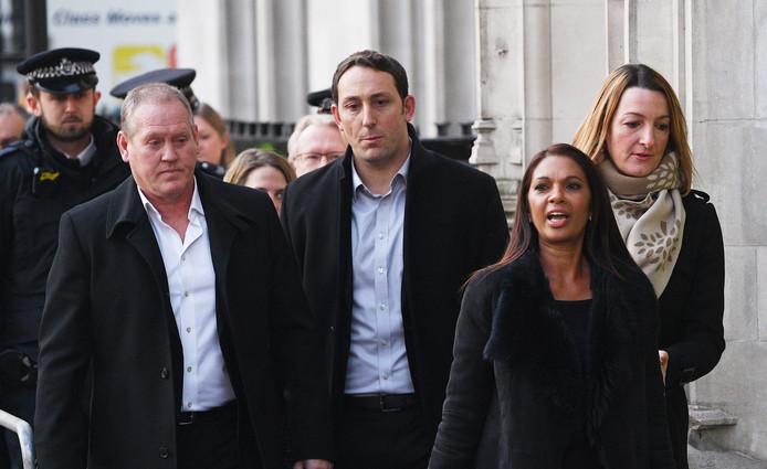 De klagers, onder leiding van vooral de zakenvrouw en filantroop Gina Miller (rechtsonderin), arriveren voor de uitspraak