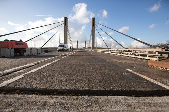 De brug van Lixhe nabij Moelingen is weer gelijk met het aansluitend wegdek maar ze kan pas tegen eind dit jaar terug opengaan voor het verkeer.