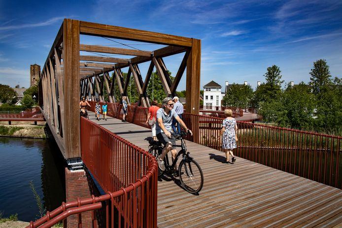 Woensdagmiddag werd hij in gebruik genomen. Donderdag en vrijdag namen veel Oirschottenaren een kijkje vanaf de nieuwe brug over het Wilhelminakanaal.