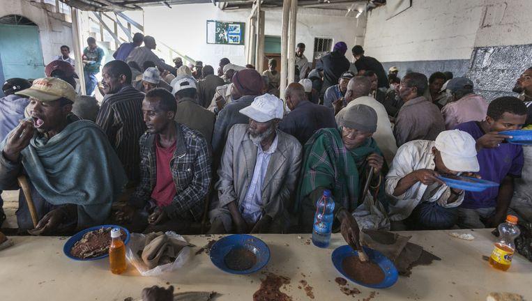 Straatarme inwoners van Addis Abeba eten een maaltijd bij Hope Enterprises. Beeld Petterik Wiggers/HH