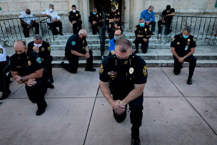 Les policiers mettent un genou à terre lors d'une manifestation à Coral Glabes, en Floride, le 30 mai.