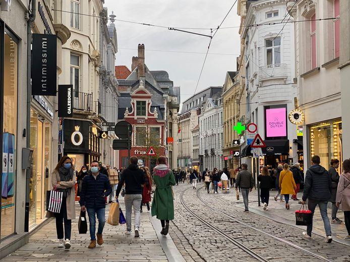 Zelfs tegen sluitingstijd was het nog behoorlijk druk in de Veldstraat.