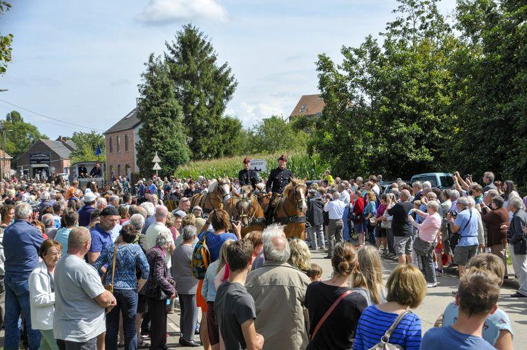 Het publiek staat rijen dik om de stoet te bekijken.