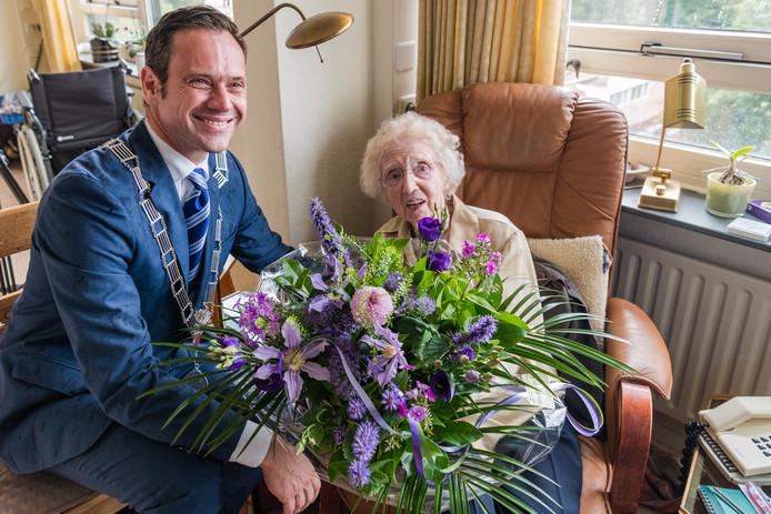 Toos Lijcklama is vandaag 106 jaar geworden. Daarmee is ze de oudste inwoner van Bilthoven (gemeente de Bilt). Natuurlijk komt de burgemeester Sjoerd Potters speciaal op bezoek. Dat deed hij overigens ook toen ze 105 werd.