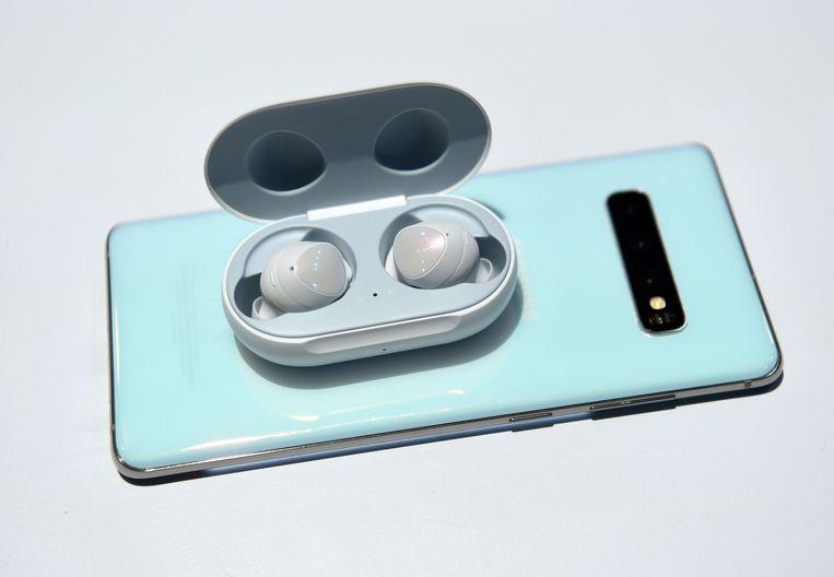 Galaxy Buds die aan het opladen zijn op een Samsung Galaxy S10.
