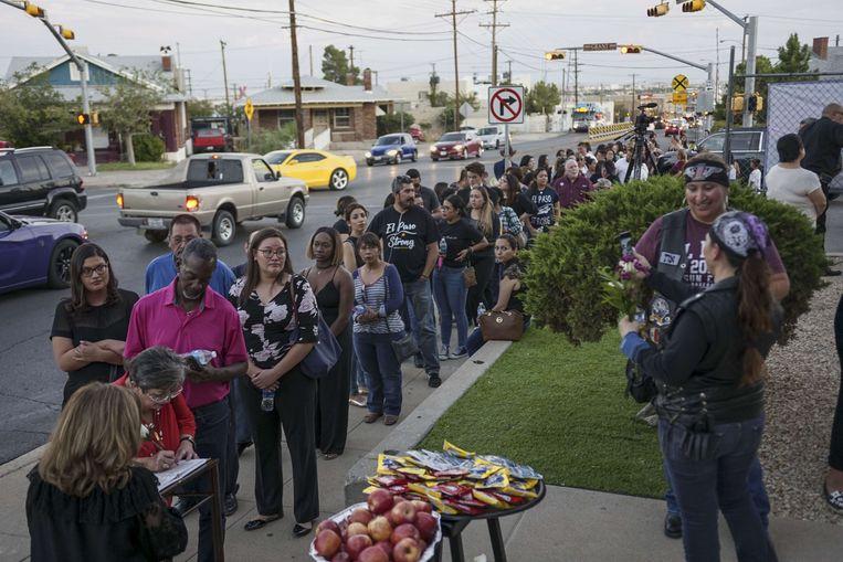 Sympathisanten stonden in een lange rij aan de kerk.