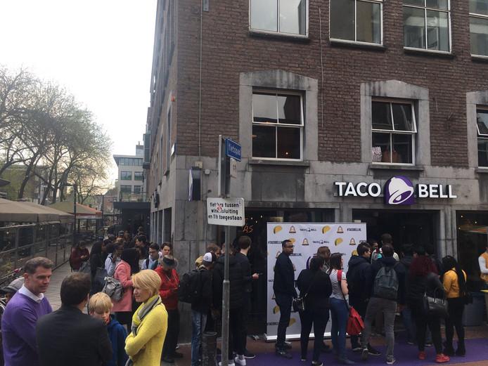 Lange rij voor de Taco Bell in Eindhoven.
