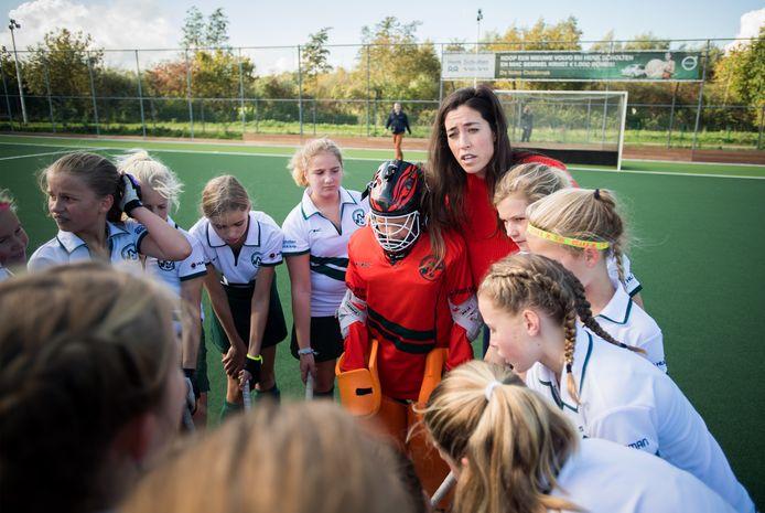 Archiefbeeld van ex wereldtopper Naomi van As op bezoek bij de hockeymeiden van MHC Bemmel.