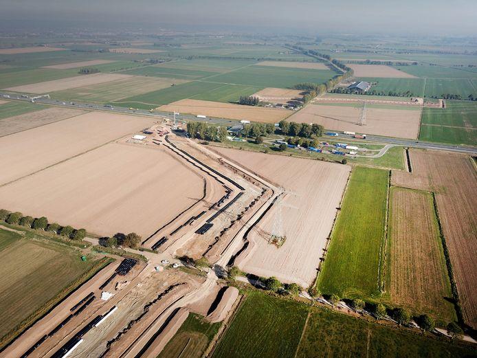 De voorbereidende werkzaamheden voor het doortrekken van de A15 zijn bij Duiven al begonnen.