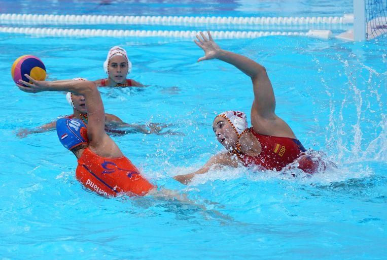 Ilse Koolhaas  (links) namens Nederland in actie in de verloren kwartfinale tegen Spanje op het WK waterpolo in Gwangju. Beeld EPA