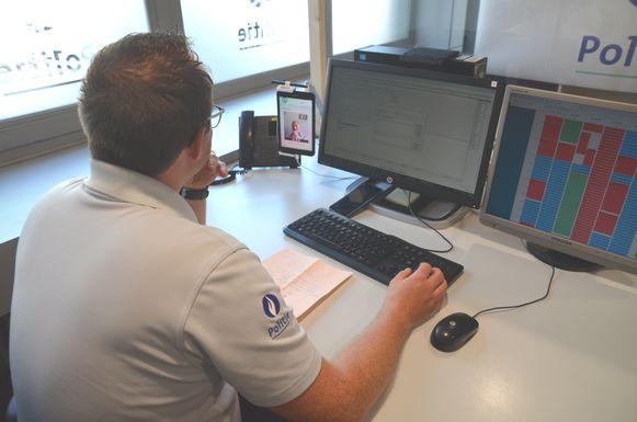 Inspecteur Bert Pollet van de politiezone Mira achter het scherm voor een videogesprek.