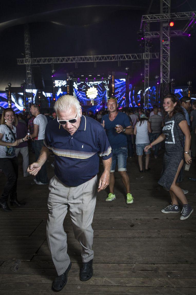 Johan de Vries, alias 'de house-opa', heeft betere moves dan de jongere festivalbezoekers. Beeld Dingena Mol