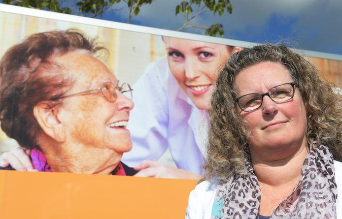 Zorgmanager Yolanda van de Wetering buiten bij zorgcentrum Ravestein in Geldermalsen.