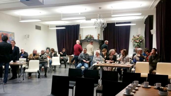 In de zaal onder de vergaderzaal volgen 20 à 30 toeschouwers de zitting volgens een livestream Foto Freek Verhulst