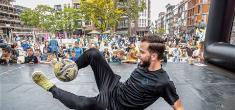 Toveren met de bal tijdens het Freestyle Football Tournament