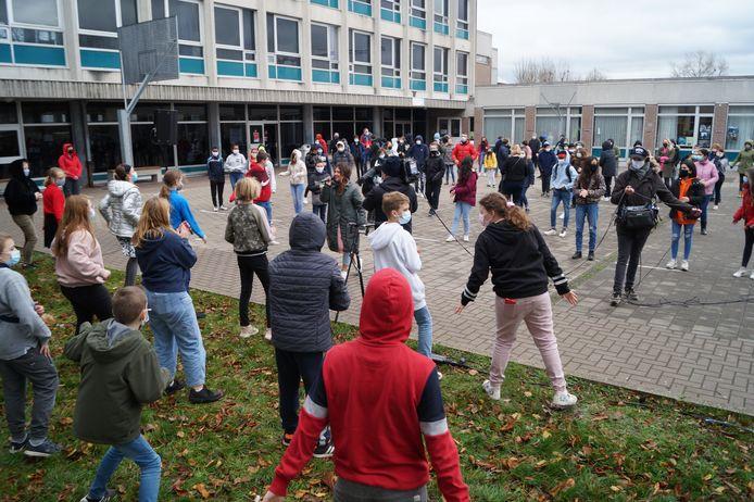 Tijdens het optreden hielden de leerlingen netjes afstand.