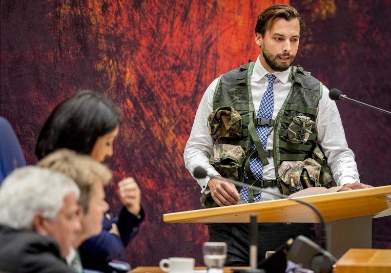 Thierry Baudet droeg een kogelwerendvest tijdens het debat met Minister Jeanine Hennis van Defensie over het fatale ongeluk met Nederlandse militairen in Mali.  Beeld ANP