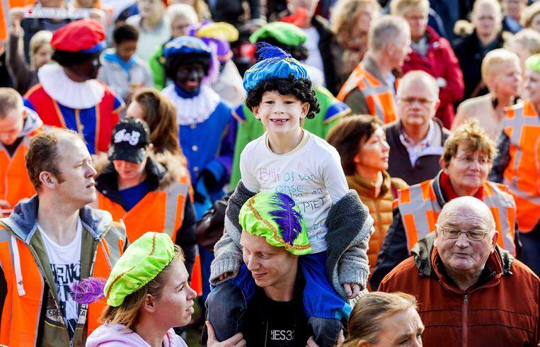 Zo'n 500 mensen demonstreerden op het Haagse Malieveld voor het behoud van Zwarte Piet, en tegen de Verenigde Naties die het een symbool van racisme vinden. Beeld ANP