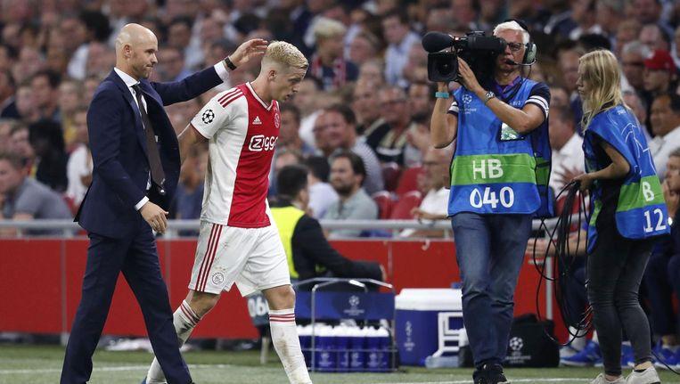 Ten Hag vervangt Donny van de Beek tijdens Ajax-Dinamo Kiev Beeld anp
