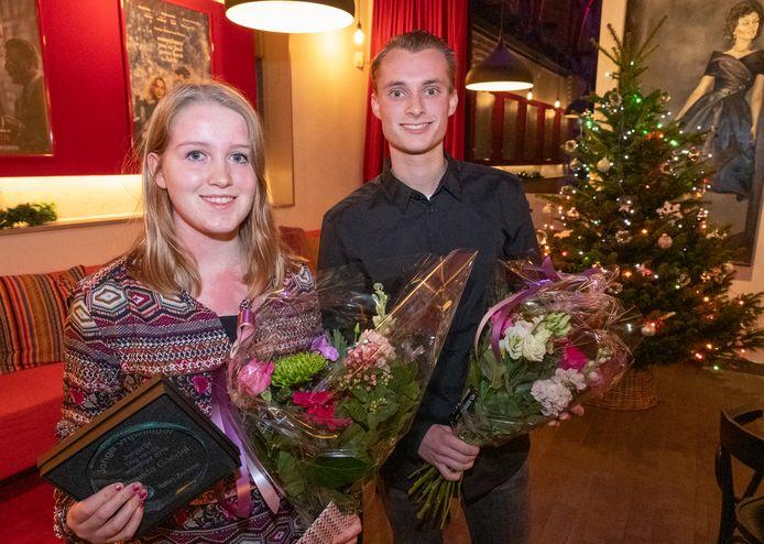 Miranda Goedel en Thijs Jonker zijn superblij met hun prijs. Ze kregen een prijs voor zichzelf én een cheque van 300 euro voor hun club