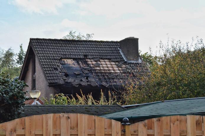 Ook de achterkant van het huis is zwaar beschadigd.