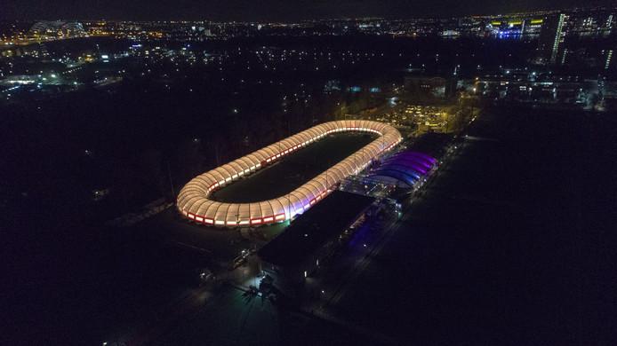 De lichten van Schaatsbaan Rotterdam zorgen voor een prachtig spektakelstuk in donker Rotterdam.