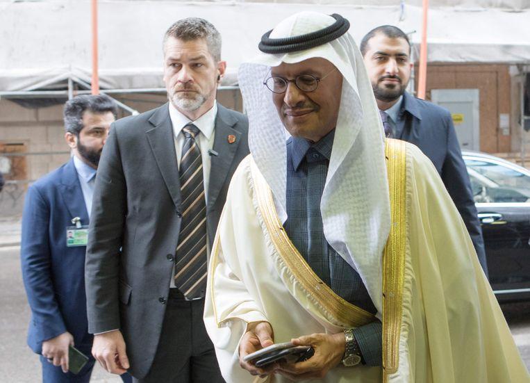 Prins Abdulaziz bin Salman Al-Saud, energieminister van Saoedi-Arabië, arriveert op de Opec-vergadering in Wenen, waar besloten werd tot een productieverlaging. Beeld AFP