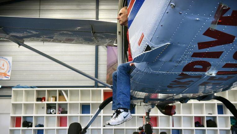 Instructeur Peter Smit zit woensdag in zijn Cessna. Vanwege de storm werd er gisteren niet gevlogen op Teuge. Beeld Foto: Marcel van den Bergh / de Volkskrant