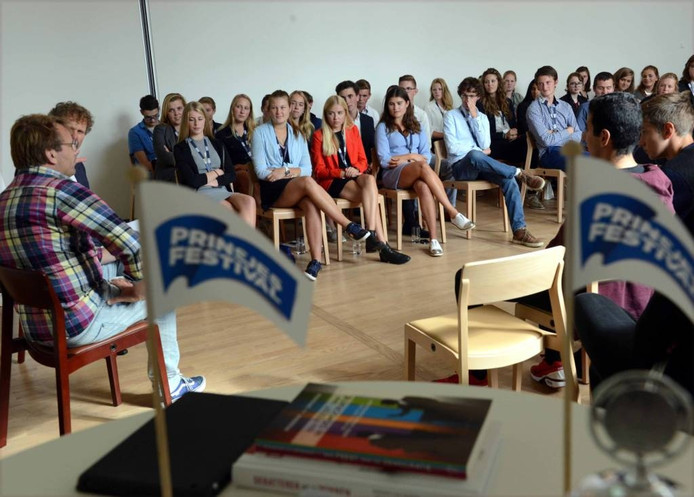 De dertig Zeeuwse jongeren wachten vol spanning tot tv- en radiopresentator Patrick Lodiers (geruite blouse) de eerste stelling bekendmaakt.