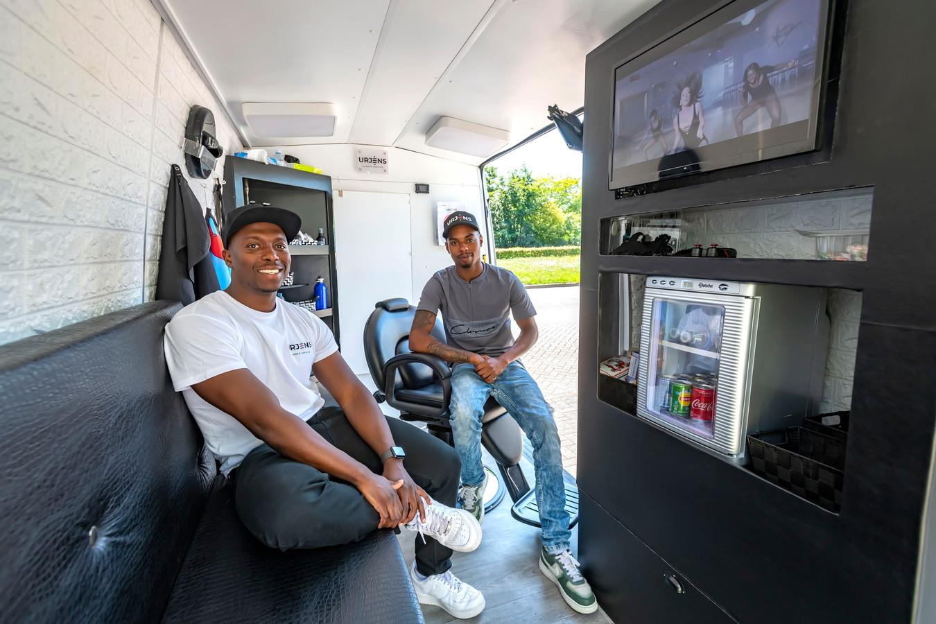 Urjen Martina (links) en Quincy Goedhart zijn klaar om klanten in de luxe ingerichte kappersbus te ontvangen.