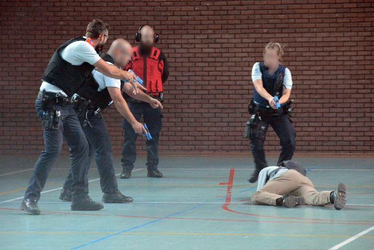 Eén van de 'schutters' werd neergeschoten en overmeesterd in de sporthal