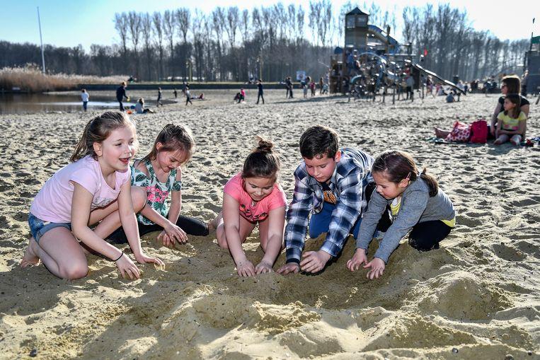 De warme temperaturen brachten vele kinderen richting Nieuwdonk.