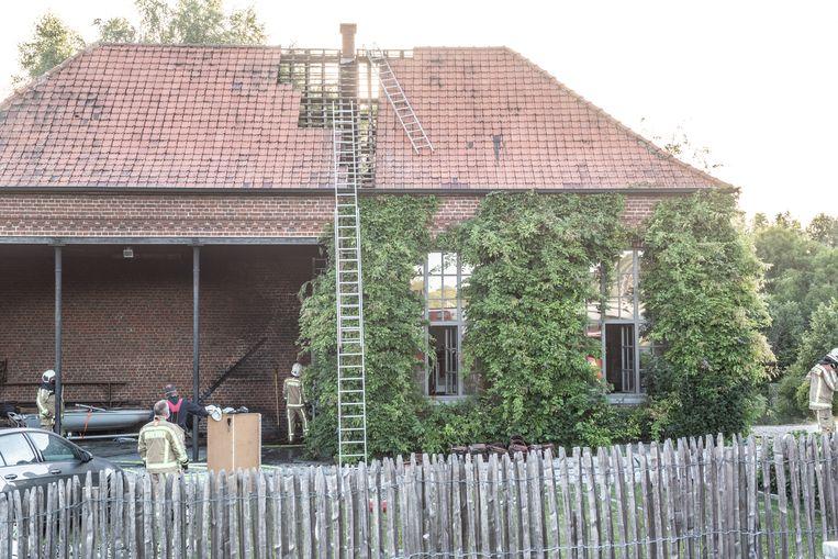 De vlammen schoten door het dak van het voormalige schooltje van de Breucq.