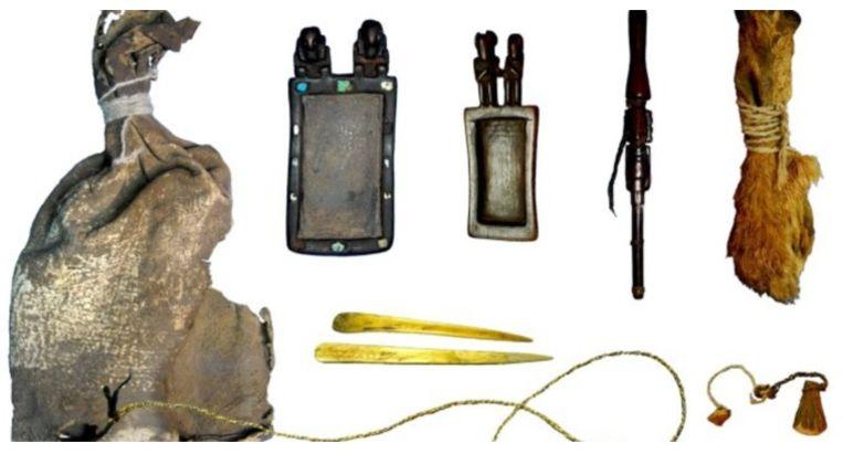 De buidel bevatte ook allerlei hulpmiddelen die bij het nemen van de drugs van pas komen.