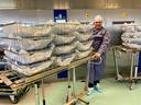 Dave Kok ontwikkelde een systeem waarbij wegwerpisolatiejassen toch schoongemaakt kunnen worden voor hergebruikt. Het Deventer Ziekenhuis maakt er meer dan 500 per dag weer geschikt voor werkzaamheden op een coronaafdeling.