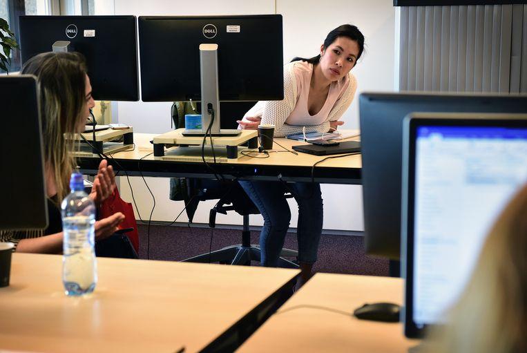 In Eindhoven behandelt een team alle aanvragen die aanvankelijk worden afgewezen door het computersysteem, zo'n 8 procent, en worden specifieke vragen over de NOW beantwoord. Beeld Marcel van den Bergh