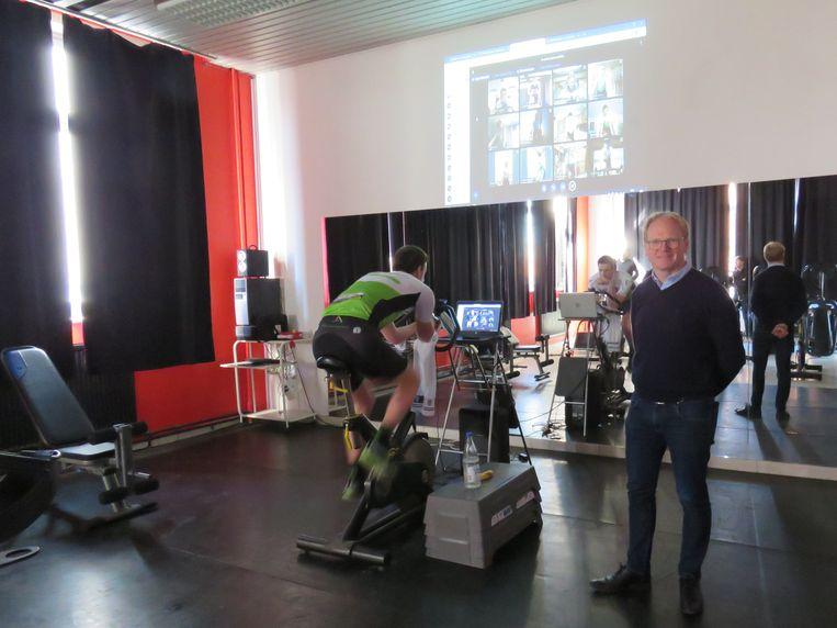 Onder het goedkeurend oog van directeur Fangio Hoorelbeke traint Klaas Vankersschaever samen met zijn leerlingen en topsporters Jelle Wallays en Julie Van de Velde voor de webcam.
