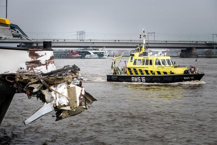 PR dgfoto Gelderlander Nijmegen: In de Waal bij Lent is vannacht een aanvaring geweest tussen een passagiersschip en een goederenschip. [OP DE FOTO: VRACHTSCHIP DE FORENSO (VOORGROND) VAN REDERIJ RORO GROUP HEEFT EEN FLINKE HAP UIT DE BOEG VAN HET ZWITSERSE PASSAGIERSSCHIP (OP DE ACHTERGROND) GENOMEN]