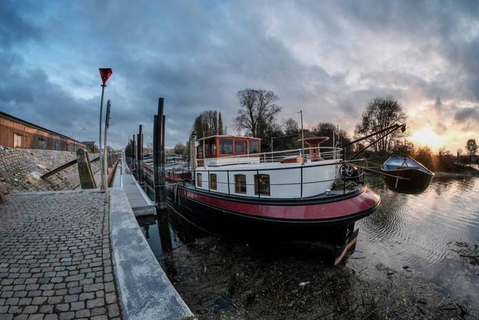 Het historische vrachtschip Knapzak past volgens de eigenaars heel goed in de Doesburgse Turfhaven.