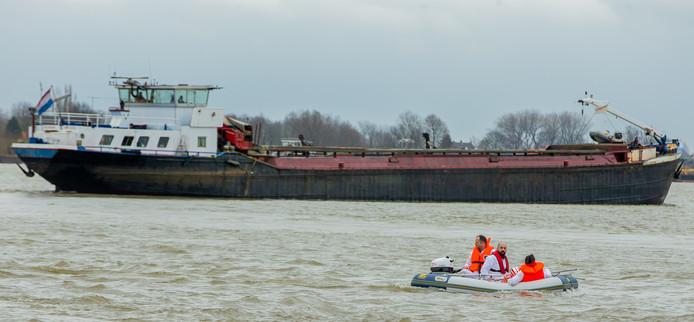 De SP voerde maandag actie tegen het storten van granuliet in Over de Maas.