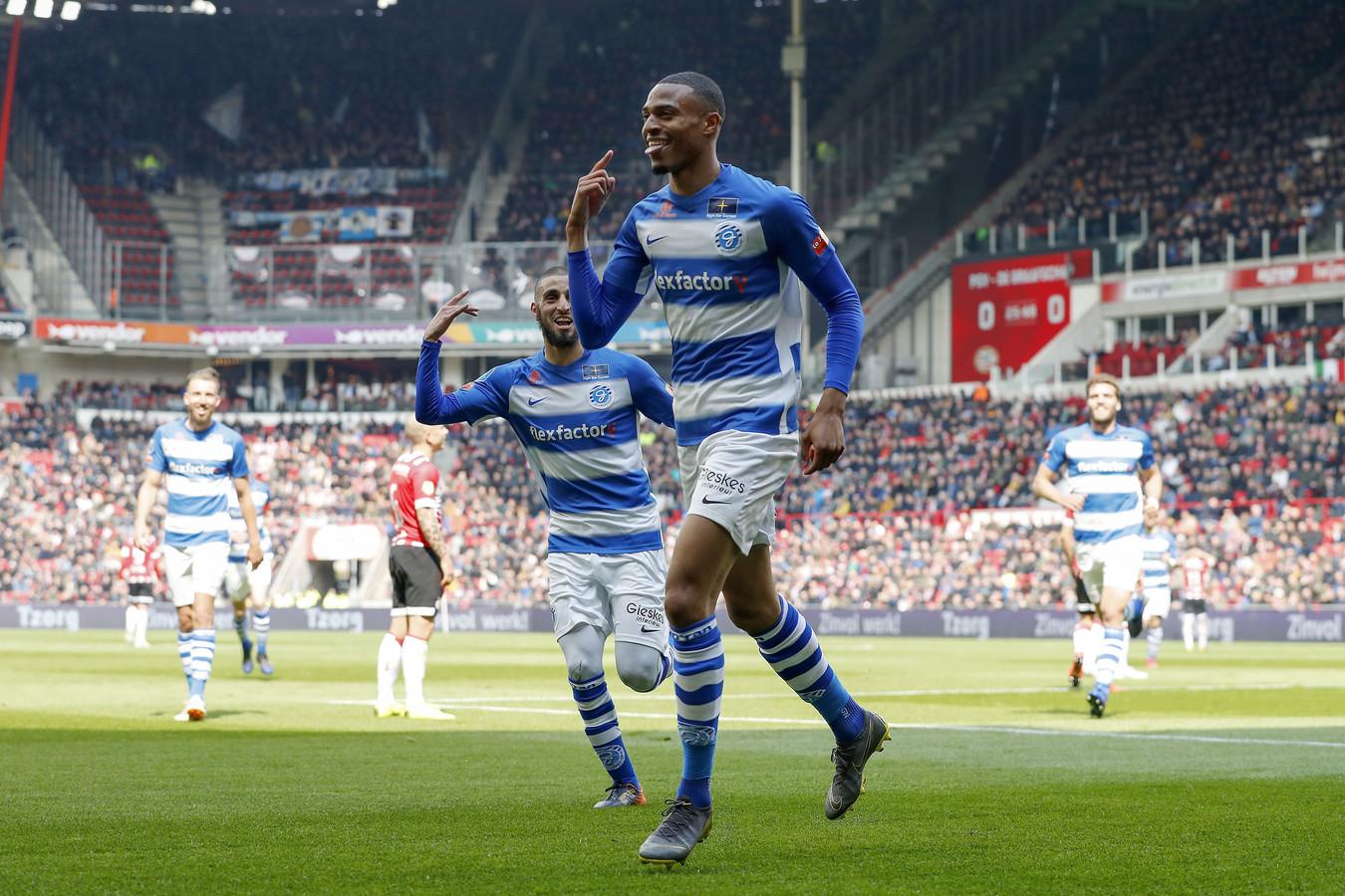 Delano Burgzorg viert zijn doelpunt tegen PSV.