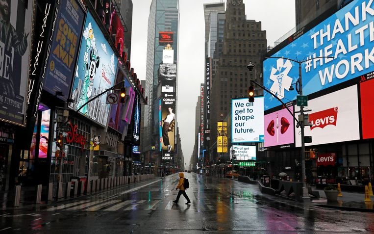 Eén enkele voetganger op Times Square: zelfs in New York valt het openbare leven stil.