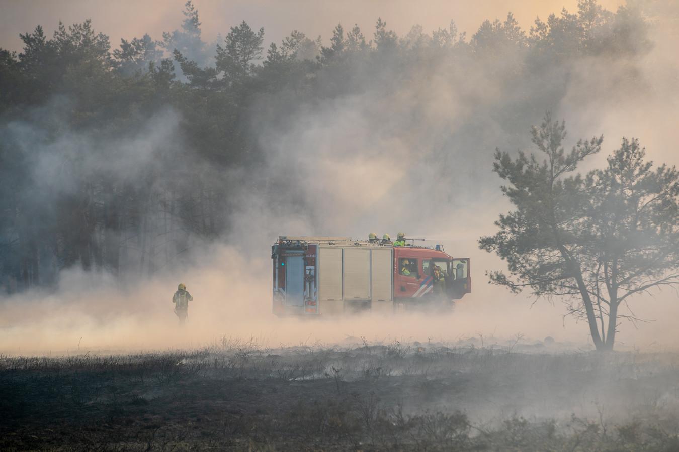 De brandweer had de handen vol aan de aangestoken heidebrand.