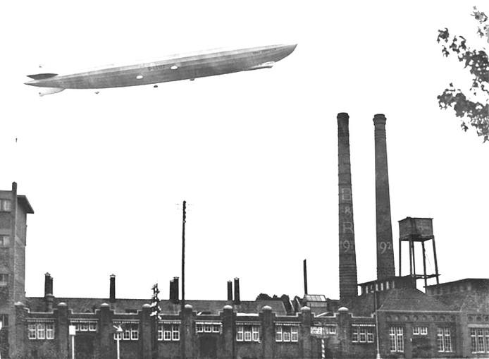 Een zeppelin boven Eindhoven in 1930.